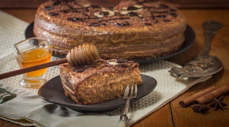 Шоколадный медовик со сметанным кремом