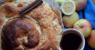 Крученый пирог с яблоками и лимонной цедрой