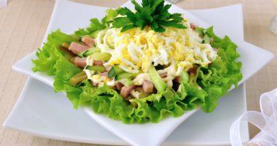 Салат с ветчиной и свежими и маринованными огурцами