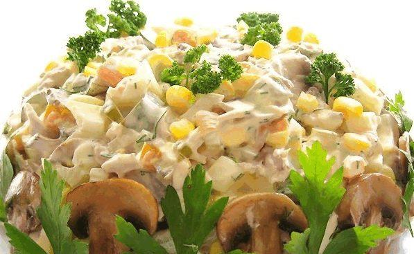 Нежный салат с грибами и кукурузой