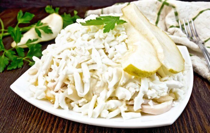 Салат с кальмарами, грушей и маринованным луком