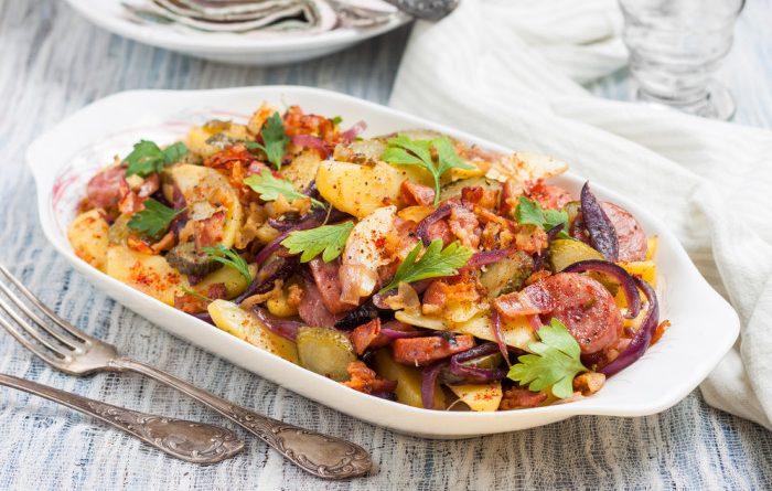 Картофель с жаренными колбасками и солеными огурцами