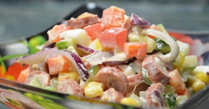 Салат с консервированной кукурузой и болгарским перцем
