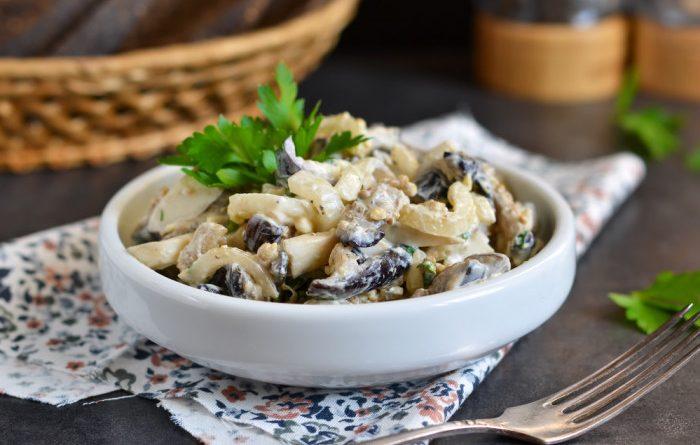 Салат из маринованных грибов с черносливом