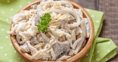Салат с кальмарами, грибами и сыром