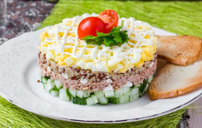 Слоеный салат с тунцом и киноа