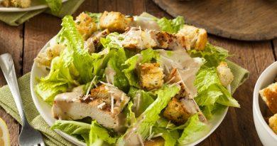 Салат «Цезарь» с курицей и гренками