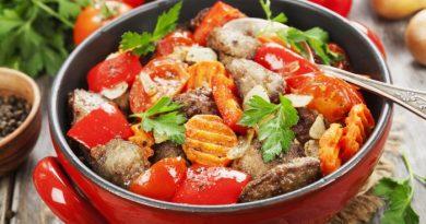Куриная печень с овощами и чесноком