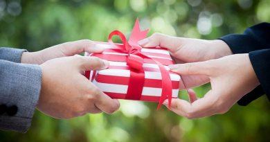 Почему туристам опасно принимать подарки от незнакомцев