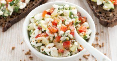 Пикантный овощной салат с творогом