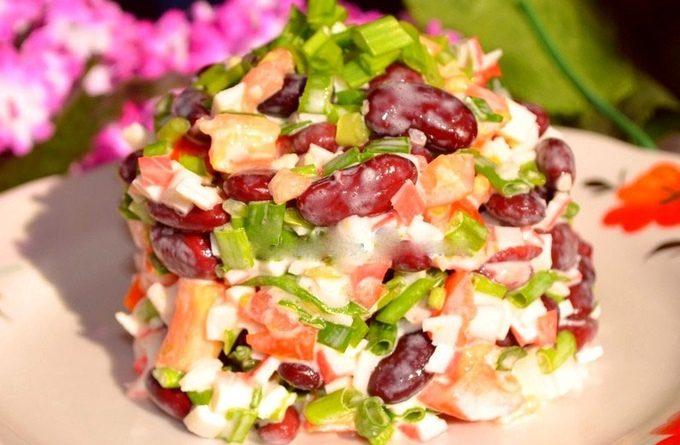 Вкусный и сытный салат с фасолью и крабовыми палочками