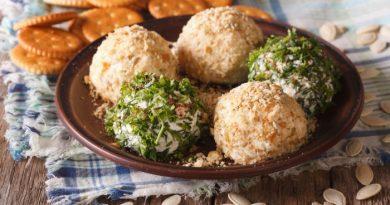 Сырные шарики с крекерами и оливками