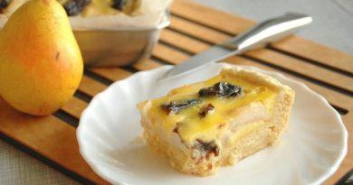 Пирог с грушами и сушеным черносливом под сметанной заливкой