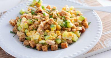 Праздничный салат с копченой курицей, кукурузой и сухариками