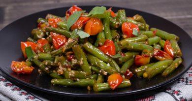Теплый салат из спаржевой фасоли с помидорами