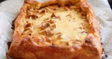 Пирог с грибами, сметаной и сыром.