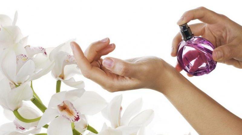 6 мест на теле, куда нужно наносить парфюм, чтобы продлить его «звучание».