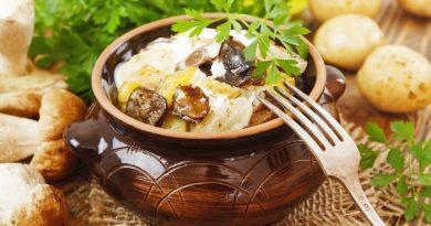 Запеченный в духовке картофель с грибами и сметаной