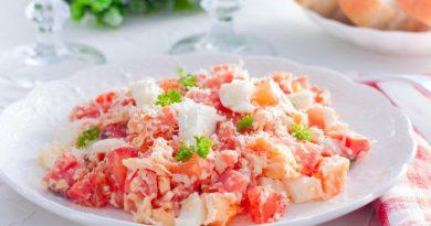 Оригинальный салат из красной рыбы с помидорами и сыром