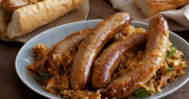 Немецкие жареные колбаски с квашеной капустой