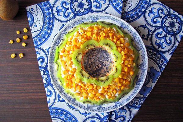 Салат слоеный из яиц, курицы, моркови и сыра