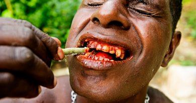 Почему люди в Азии ходят с красными зубами?