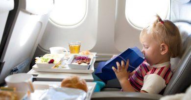 Как правильно успокаивать ребенка в самолете