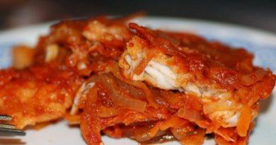 Белая рыба под овощным маринадом на сковороде.
