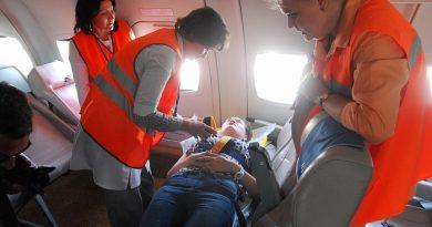 Кто должен помочь пассажиру на борту самолета, если стало плохо