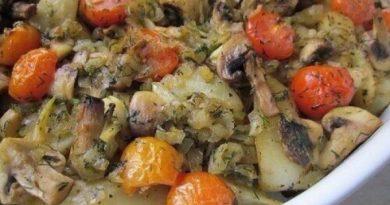 Запеченный картофель с шампиньонами и помидорами.