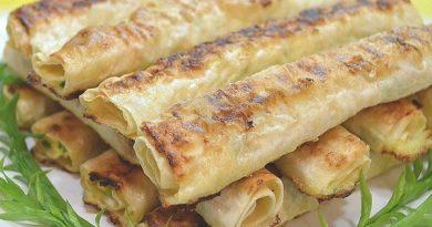 Жареный лаваш с сырной начинкой.