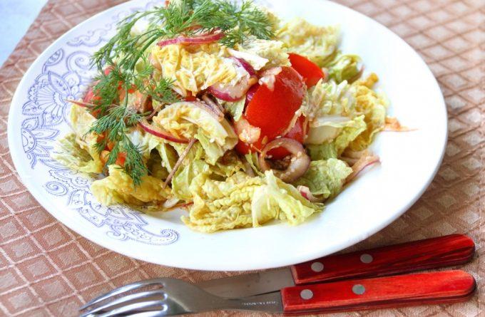 Салат из пекинской капусты с грибами и чесночными сухариками
