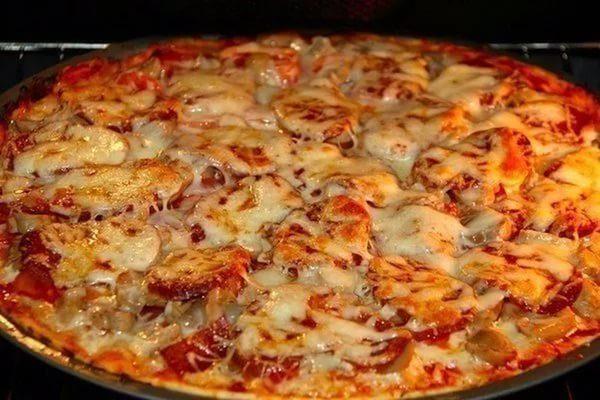 Домашняя пицца с колбасой Пепперони.