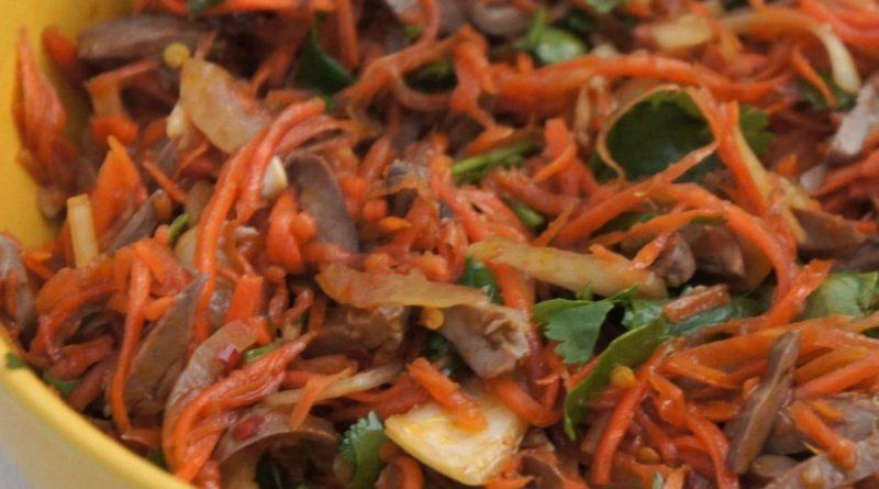 Салат из куриных сердечек с морковью и луком