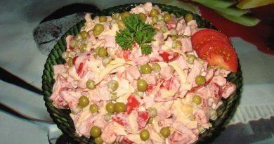 Сборный салат с помидорками и ветчиной