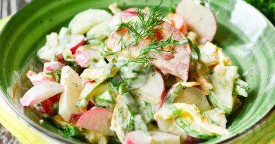 Овощной салат со щавелем и яичными блинчиками