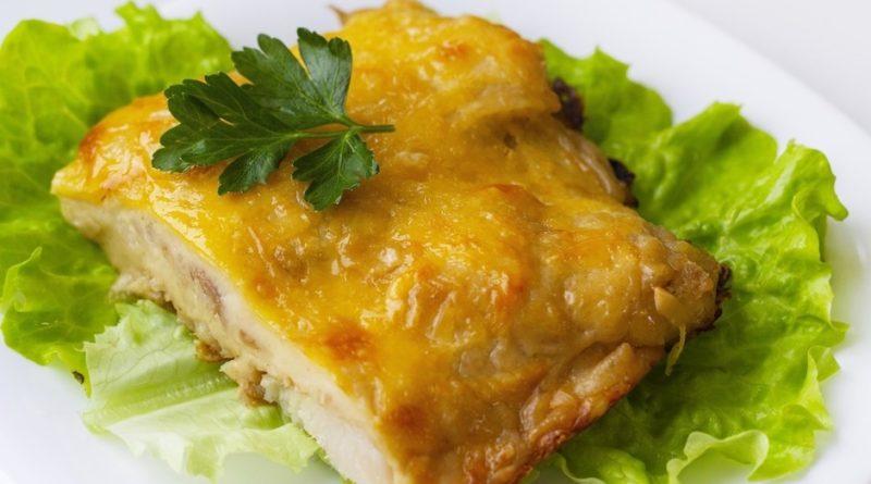 Рыба, запеченная под нежным соусом и сыром