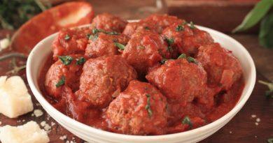 Мясные тефтели в соусе из сметаны с томатом