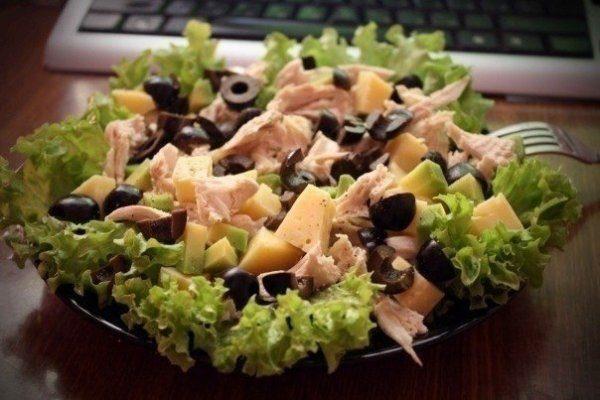 Питательный салат с курицей, авокадо и сыром