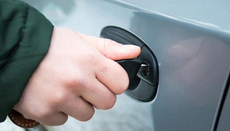 Можно ли закрыть машину, если сел аккумулятор