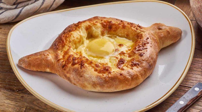 Грузинские хачапури с яйцом по-аджарски