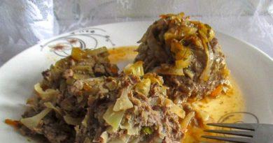 «Ёжики» из фарша и капусты с подливкой в духовке