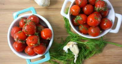 Малосольные помидоры черри с зеленью