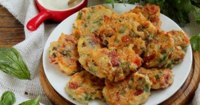 Сырники с колбасой, грибами и помидорами