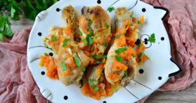 Куриные голени с луком и морковью