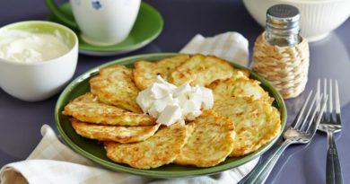 Кабачковые оладьи с сыром и чесноком