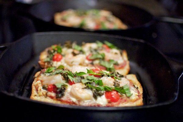 Пицца из батона и колбасы на сковороде