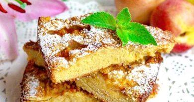 Шарлотка с яблоками и нектаринами - потрясающе вкусная выпечка к чаю.