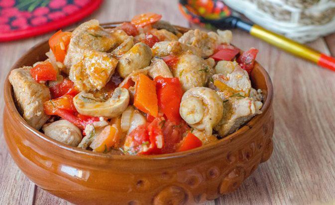 Яркое и сочное рагу из свинины с грибами и болгарским перцем