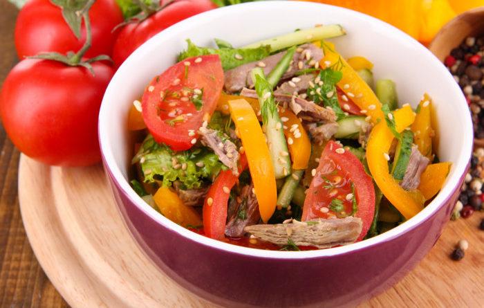 Овощной салат с маринованной говядиной и кунжутом